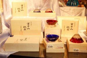 江戸硝子 彫刻硝子青赤富士セット(桐箱入り)