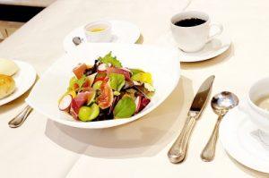 山梨県産果実と旬野菜(イタリア産生ハム)のサラダ